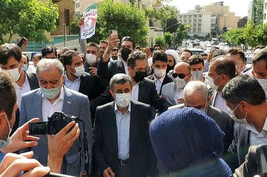 شوی تبلیغاتی احمدی نژاد مقابل وزارت کشور + عکس