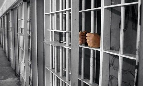 حقوق معطل ۸ ساله کارکنان زندانها پرداخت می شود