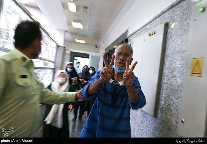 خوشحال از قتل؛ عکس عجیب از پدر بابک خرمدین در دادسرا