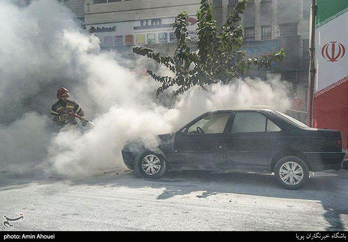 تصاویر / آتش گرفتن پژو ۴۰۵ در خیابان پیروزی تهران